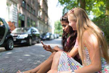 Zwei junge Frauen mit Smartphone