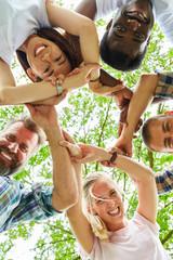 Freunde bilden einen Kreis der Integration