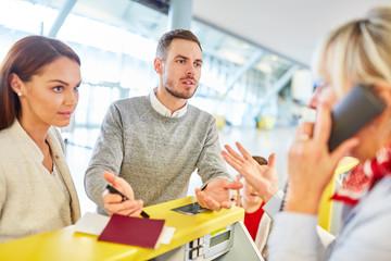 Service Agent und Familie diskutieren bei Passkontrolle