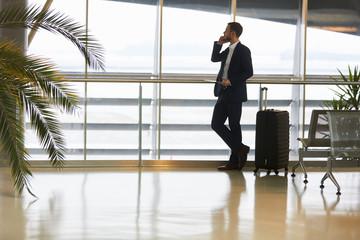 Geschäftsmann auf Dienstreise telefoniert mit dem Handy