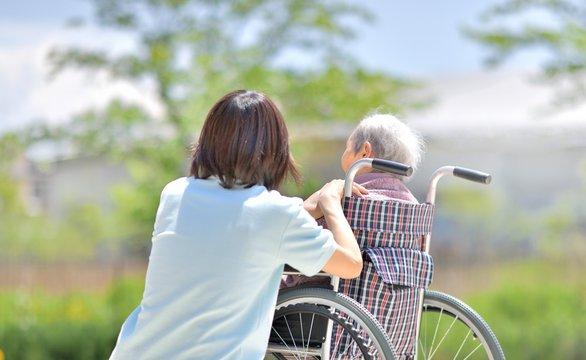 老人介護施設・新緑を楽しむ母