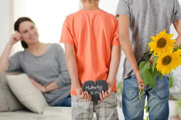 Kinder haben Geschenke für die Mutter