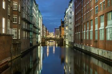 Fotobehang Kanaal Hamburg Herrengrabenfleet abends entzerrt