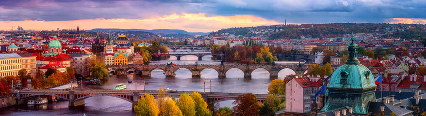 Photo sur Plexiglas Prague Sunset in Prague panorama, view to the historical bridges, old town and Vltava river from popular view point in the Letna park, autumn landscape in sunset light with amazing cloudy sky, Czech Republic