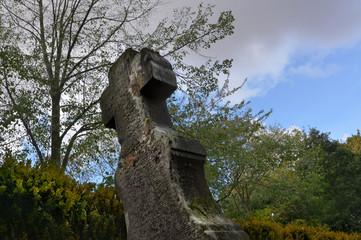 altes Steinkreuz auf Friedhof