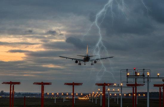 Gewitter bei der Landung auf dem Flughafen