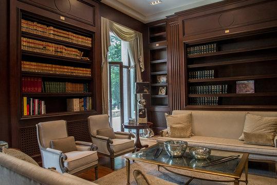 oficina de casa lujosa interior, despacho politico para reuniones importantes