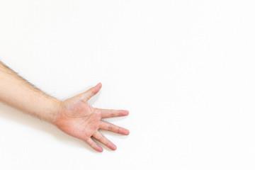 じゃんけんのパーを出している男性の手
