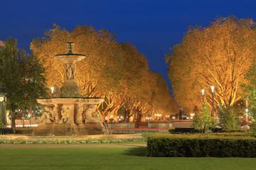Schalenbrunnen an der Königsallee in Düsseldorf am Abend