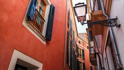 Straßen von Palma kleine Gasse vintage alt im mediterranen Look Straßenlaterne