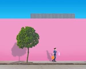 Frau vor einer Pinken Hauswand