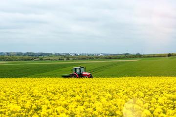 Poster de jardin Jaune agriculteur fertilisant ses champs