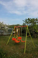 Eine Kinderschaukel in einem Garten