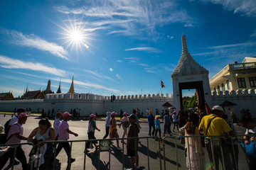Fotomurales - Bangkok, Thailand - JANUARY 2, 2019: Crowd of tourists walking cross road to golden ancient temple at Wat Phra Kaew, Sightseeing attraction in Asia. Temple of the Emerald Buddha.