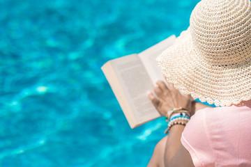 Wczasy w eleganckim hotelu, wypoczynek z ksiąką nad basenem