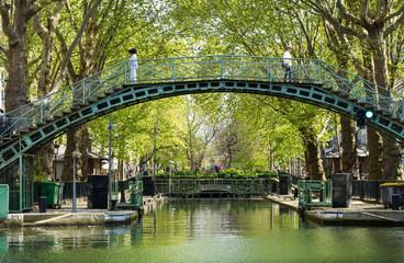 Paris - Kanal St. Martin: Brücke mit Bäumen