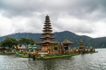 La pose en embrasure Bali Moody scenic landscape view of Pura Ulun Danu Bratan, Hindu water temple on Bratan lake, tourist most popular attraction in Bali island, Indonesia.