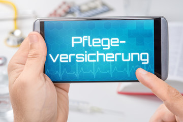 Smartphone mit dem Text Pflegeversicherung auf dem Display