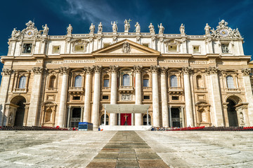 Fototapete - St Peter's Basilica or San Pietro in Vatican City, Rome, Italy. It is a famous landmark of Rome. Front view of beautiful facade of St Peter's cathedral. Renaissance architecture of old Rome in summer.