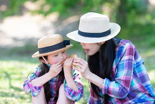サンドイッチを食べる母と娘