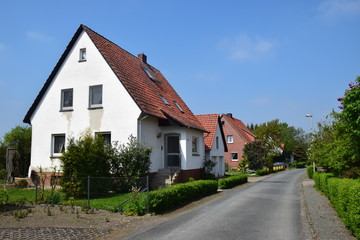 Wohnstraße mit Siedlerhäusern der Nachkriegszeit