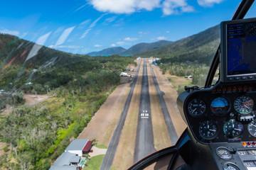 Luftaufnahme der Landebahn beim Landeanflug eines Helikopter-Rundflug über Whitsunday Island in Australien
