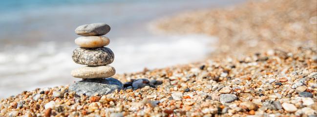 Photo sur Plexiglas Zen pierres a sable Balance of stones on the beach, sunny day