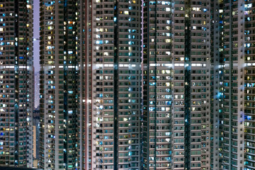 View of a residential block with many apartments at night, in Hong Kong. In the apartments, the light is on. Fototapete