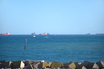Buques de carga en el horizonte. Costa de la ciudad de Barcelona en el mar mediterraneo