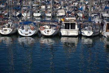 Embarcaciones amarradas en el puerto olímpico de Barcelona en el mar mediterraneo