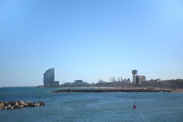 Costa de la ciudad de Barcelona con cielo claro y mar en calma