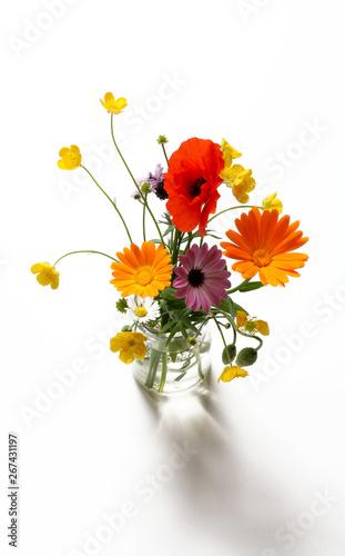 Bouquet Di Fiori Di Campo Isolati Su Sfondo Bianco Stock Photo And