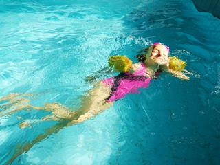 dziewczynka pływająca w basenie
