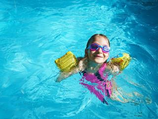 Fototapeta dziewczynka pływająca w basenie obraz