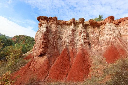 La vallée des Saints à Boudes prés d'Issoire. Surnommé le Colorado auvergnat ce site géologique est composé de magnifiques cheminées d'argile rouge. Puy-de-dôme, Auvergne, France