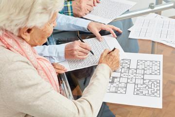 Alte Frau löst Sudoku Rätsel als Gedächtnistraining Fototapete
