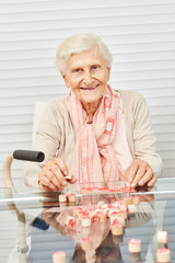 Wall Mural - Alte Seniorin hat Spaß beim Bingo spielen