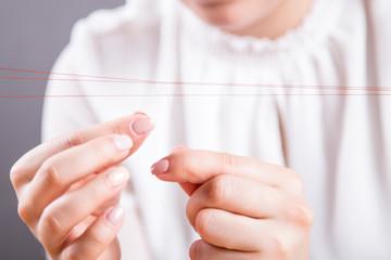 Dłonie młodej kobiety robiącej perukę