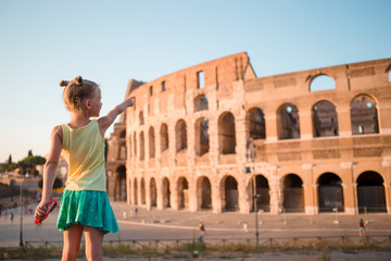 Young girl in front of Colosseum in rome, italy Fototapete