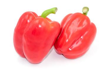 Zwei schmackhafte rote Paprika auf weiß isoliert