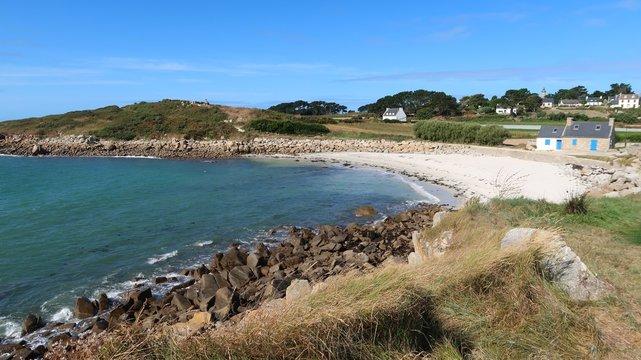 Île de Batz en Bretagne, panorama sur une petite plage déserte, avec quelques maisons (France)