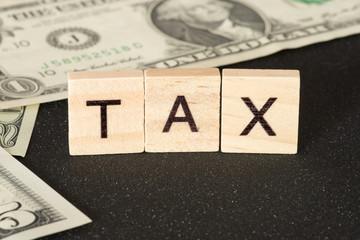 Dollar Geldscheine und die Steuer in den USA