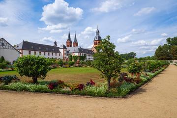 Der Klostergarten in Seligenstadt mit der Einhardbasilika im Hintergrund