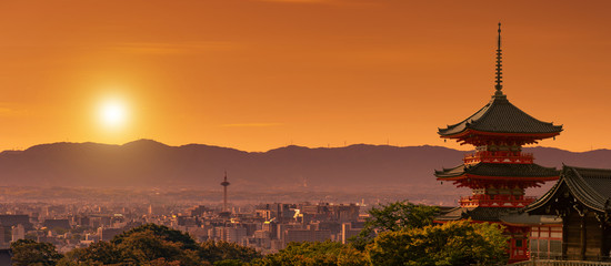 Spoed Fotobehang Kyoto Kiyomizudera shrine in the foreground, Kyoto cityscape at dusk