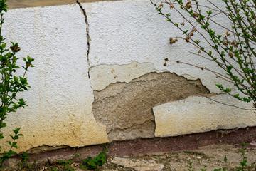 Die Hausfassade bröckelt