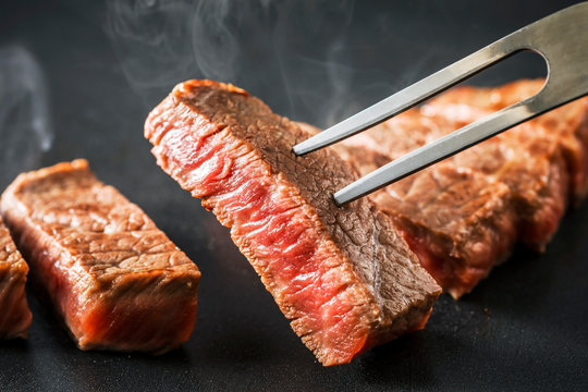 黒毛和牛 モモステーキ Japanese beef steak on grill plate