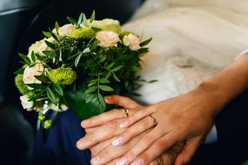 Keuken foto achterwand Bonsai Wedding rings on the hands of newlyweds