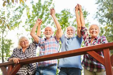 Gruppe Senioren jubelt im Sommer Urlaub