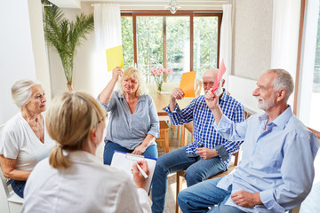 Senioren in einem Gruppentherapie Workshop