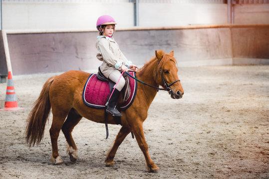magnifique jeune fille sur son poney